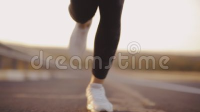Körande ben av flickanärbilden, afton joggar, den sunda kroppen stock video