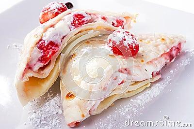 Köstliche Pfannkuchen mit Erdbeeren