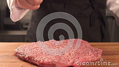Köstliches saftiges Stück Fleisch der Chef macht einen Hieb stock video