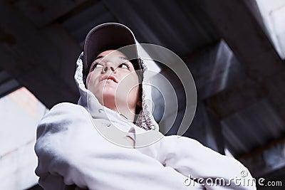 Kühles Mädchen mit Schutzkappe.