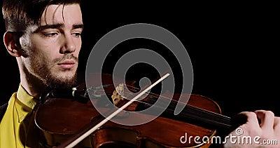 Künstlerische Violinspielerin spielt auf schwarzem Hintergrund alt oder violin stock video