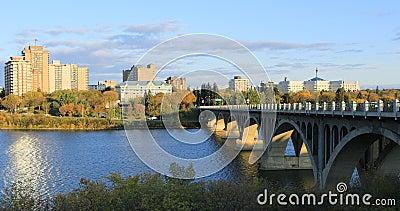 4K河沿岸的加拿大城市景观 股票录像