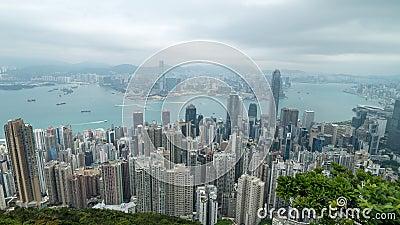 4K电影迅速移动在从峰顶采取的维多利亚港口短时间流逝英尺长度在香港在阴天期间 股票视频