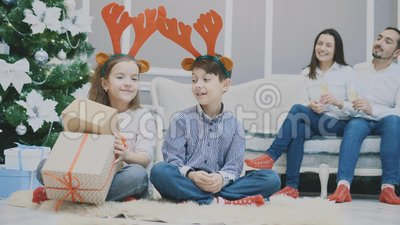 4k视频,姐妹和兄弟相互偷看礼物,看上去充满敌意,皱眉 股票视频