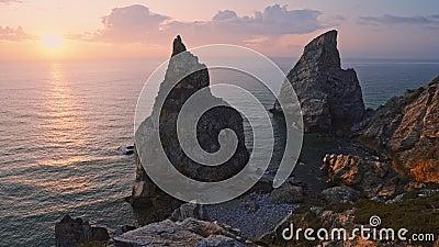 4K άποψη της κρυφής Praia Da Ursa - Ursa Beach, Sintra, Πορτογαλία Δύο τεράστιοι βράχοι υψώνονται στο απογευματινό χρυσό φως του  απόθεμα βίντεο