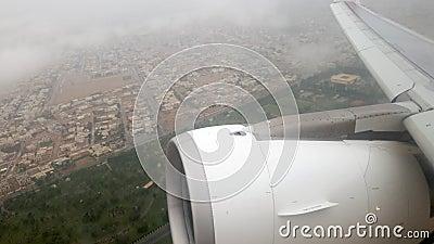 4k βίντεο αεροπλάνου που απογειώνεται και πετάει μέσα από σύννεφα βροχής φιλμ μικρού μήκους