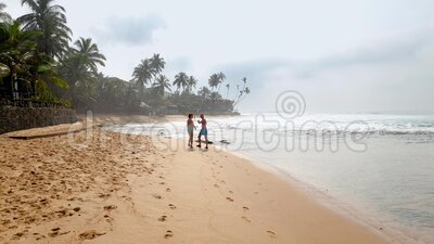 4k βίντεο του ηλικιωμένου ζευγαριού που περπατά στην παραλία του ωκεανού στην τροπική παραλία απόθεμα βίντεο