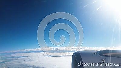 4k βίντεο του κινητήρα αεροπλάνου και της πτέρυγας που πετούν πάνω από τα σύννεφα με καθαρό μπλε ουρανό φιλμ μικρού μήκους