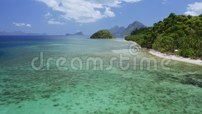 4k Εναέρια άποψη της τροπικής ακτογραμμής της παραλίας El Nido με πολλές φοίνικες και παλιά κοράλλια σε ρηχά νερά Παλαουάν απόθεμα βίντεο
