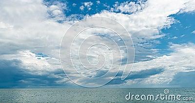4k χρονική παρέλευση της θάλασσας και του γαλάζιου ουρανού, τα λευκά σύννεφα εξελίσσονται και αλλάζουν σχήμα, δυναμικός καιρός, ό απόθεμα βίντεο