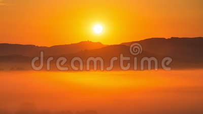 4K χρονικό σφάλμα της ανατολής στο misty πρωί, Τοσκάνη, Ιταλία φιλμ μικρού μήκους