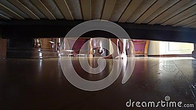 4K взгляд из-под кровати ювелирные изделия упали под кровать женщина принимает упаденный barrette из-под кровати сток-видео