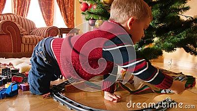 4k видео, на котором мальчик получил игрушечную перегрузку и поезд на Рождество из санта-клауса Здание ребенка - редкость акции видеоматериалы
