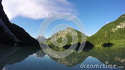 4K 在惊奇的日落alpen湖,与深mooving的阴影的时间间隔 Predil湖(Lago台尔Predil),阿尔卑斯山, 股票录像