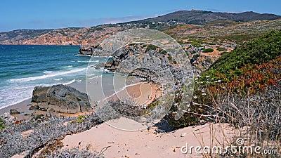 4K Aussicht auf den schönen Strand von Praia do Abano, umgeben von Sanddünen Atlantikküste Cascais, Portugal stock footage