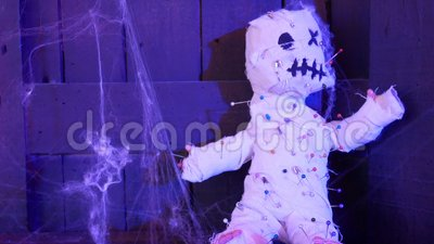 4 K conceito de fundo halloween boneca voodoo de horror com muitos pinos na casa escura decorada para festa de halloween vídeos de arquivo