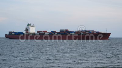 4K Containerfrachtschiff Ausfahrt aus dem Seehafen zur Ein- und Ausfuhr-Logistik und zum internationalen Transport stock video