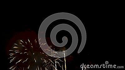 4K De achtergrond van het vuurwerk samenvatting van echt gouden glanzend vuurwerk met bokehlichten in de nachthemel het gloeiende stock footage