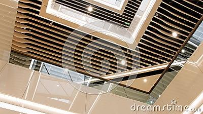 4k dolców na stropie nowoczesnej architektury, balkonach i halach w biurowcu lub centrum handlowym zbiory wideo
