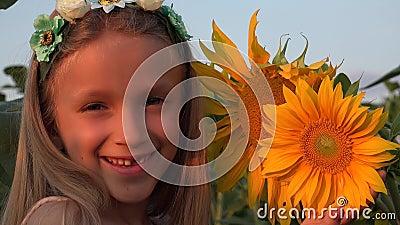 4K Dziecko-Słonecznik Pole Portret Twarz Śmiech Uśmiechnięta Dziewczyna Grająca Rolnictwo zbiory wideo