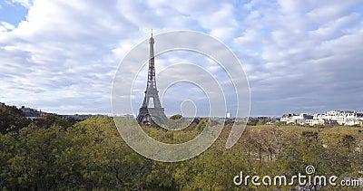 4K Footage Aerial Close up to the Eiffel Tower and w pobliżu miejsc w Paryżu, Francja zbiory