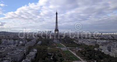 4K Footage Aerial Close View to the Eiffel Tower and near sites in Paris, Frankrike stock video