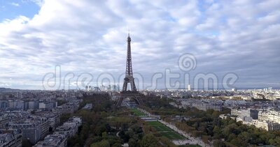 4K Footage Aerial Close View to the Eiffel Tower and near sites in Paris, Frankrike lager videofilmer