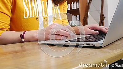4k Händchen auf der Tastatur tippen Touchpad mit Fingern stock video footage