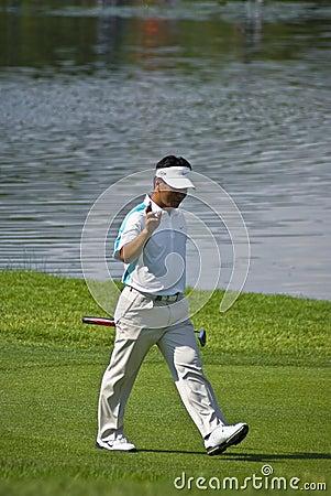 K J Choi anda a trancos sobre el verde Imagen editorial