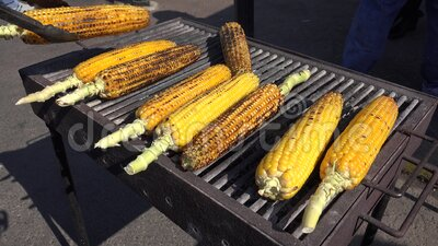4K Man Cooking Baked Corn for Selling Outdoor in de straat, Popcorn Grill View stock footage