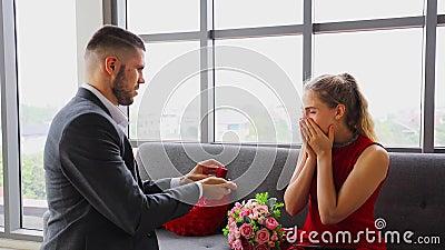 4k Mann überrascht seine Freundin, indem sie schlägt sie auf dem luxuriösen Abendessen Datum in Valentinstag stock video footage