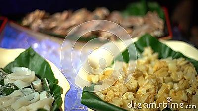 4K, marisco cru fresco no bufete em Taiwan Caranguejos, moluscos e mexilhões no gelo video estoque