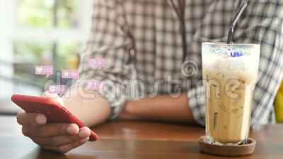 4 K pessoas usando smartphone móvel para interações de mídia social no café com pop-up de ícones de notificação da rede social filme