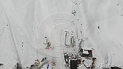 4k ptasiego oka powietrzny widok narciarki baza z kablową drogą i parachuter, Alps zbiory