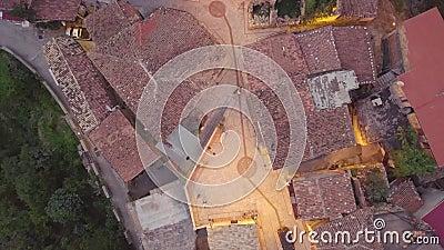 4k que establece el tiro, antena de arriba hacia abajo de la última puesta del sol de un edificio de piedra antiguo almacen de metraje de vídeo