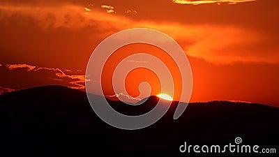 4K Solnedgång i bergen Timelapse, moln på Sky, Soluppåtliggande natur arkivfilmer