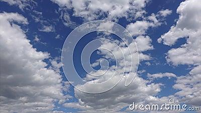 4k Timelapse, biel chmurnieje chodzenie przez niebieskie niebo w świetle słonecznym Piękny cloudscape w powietrzu zbiory