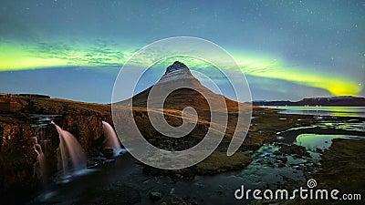 4K Timelapse de las luces de Aurora Borealis Northern sobre la montaña de Kirkjufell, Islandia almacen de video