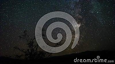 4k Timelapse filmu ekranowa klamerka moonset zmierzch z gwiazdą wlec w nocnym niebie Drogi Mlecznej galaxy wiruje nad zbiory wideo