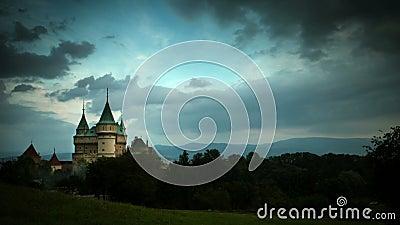 4K ultra HD (4096 x px 2304): Stormig molnhopsamling över den Bojnice slotten arkivfilmer