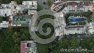 4k Video direkt über Bäume, Resort, Straße, Autos, Leute, Straßen in Mexiko stock video