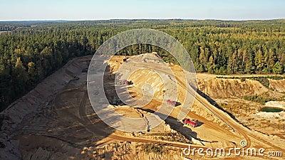 4 K Vista aérea de uma grande pedreira de areia em processo de trabalho com maquinaria pesada: tapetes rolantes, escavadores, cam filme