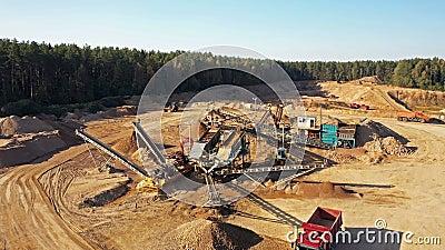 4 K Vista aérea de uma grande pedreira de areia em processo de trabalho com maquinaria pesada: tapetes rolantes, escavadores, cam vídeos de arquivo