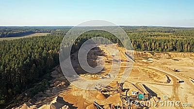 4 K Vista aérea de uma grande pedreira de areia em processo de trabalho com maquinaria pesada: tapetes rolantes, escavadores, cam video estoque