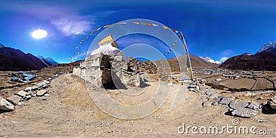 4K VR för byn Dingboche och Pheriche i Nepal, baspunkt för den svåraste baslägerbanan EBC Buddhist stupa på arkivfilmer