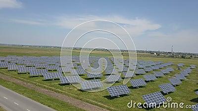 4K Vue aérienne de la centrale solaire. Vol de drone au-dessus du champ de panneaux solaires. Énergie renouvelable verte alterna banque de vidéos