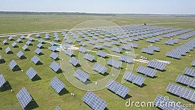 4K Vue aérienne de la centrale solaire Vol de drone au-dessus du champ de panneaux solaires Énergie renouvelable verte alternativ banque de vidéos