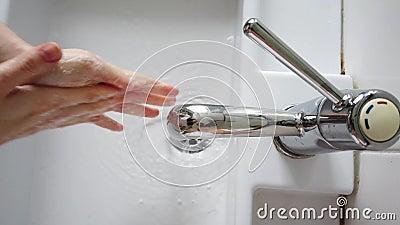 4K widok górny mycia rąk mydłem pod suwnicą wodą Kobieta myjąca ręce mydłem pod wodą zbiory wideo