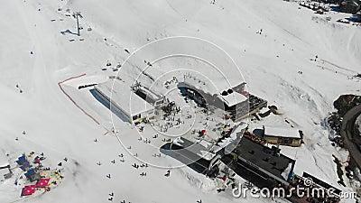 4k widoku ptasi ośrodek narciarski w zimie, baza narciarki zdjęcie wideo
