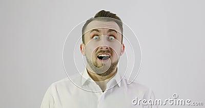 4K zakończenie up Bardzo emocjonalny zdziwiony mężczyzna patrzeje kamera zbiory wideo